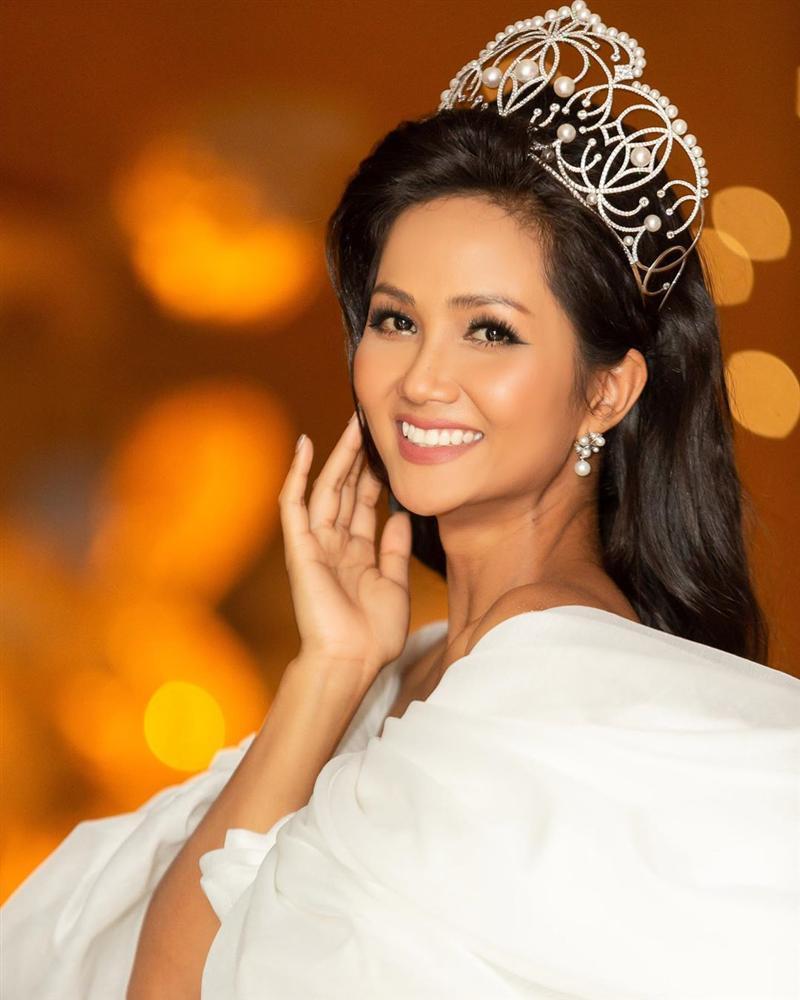 HHen Niê lại gây ngỡ ngàng với trang phục trên công chúa, dưới kỵ sĩ khi công bố cuộc thi Hoa hậu Hoàn vũ 2019-2
