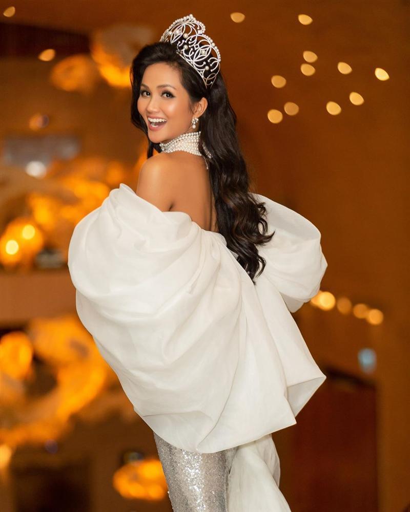 HHen Niê lại gây ngỡ ngàng với trang phục trên công chúa, dưới kỵ sĩ khi công bố cuộc thi Hoa hậu Hoàn vũ 2019-3