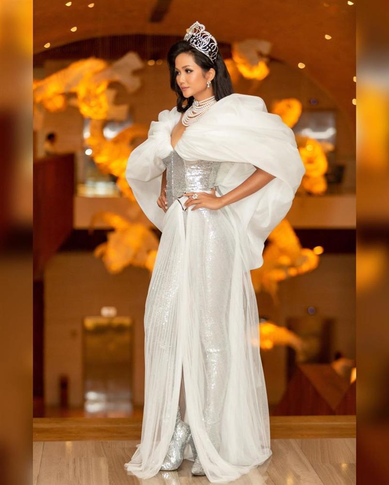 HHen Niê lại gây ngỡ ngàng với trang phục trên công chúa, dưới kỵ sĩ khi công bố cuộc thi Hoa hậu Hoàn vũ 2019-7