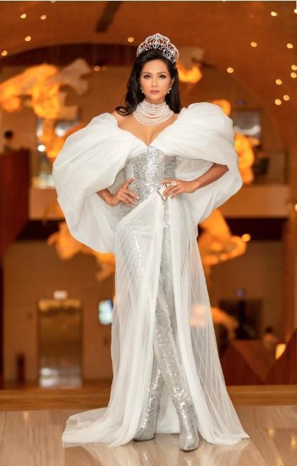 HHen Niê lại gây ngỡ ngàng với trang phục trên công chúa, dưới kỵ sĩ khi công bố cuộc thi Hoa hậu Hoàn vũ 2019-4