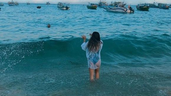 Diện bikini, bạn gái Quang Hải gây tranh cãi vì hớ hênh vòng 3 khi chiếc áo choàng bất ngờ phản chủ-3