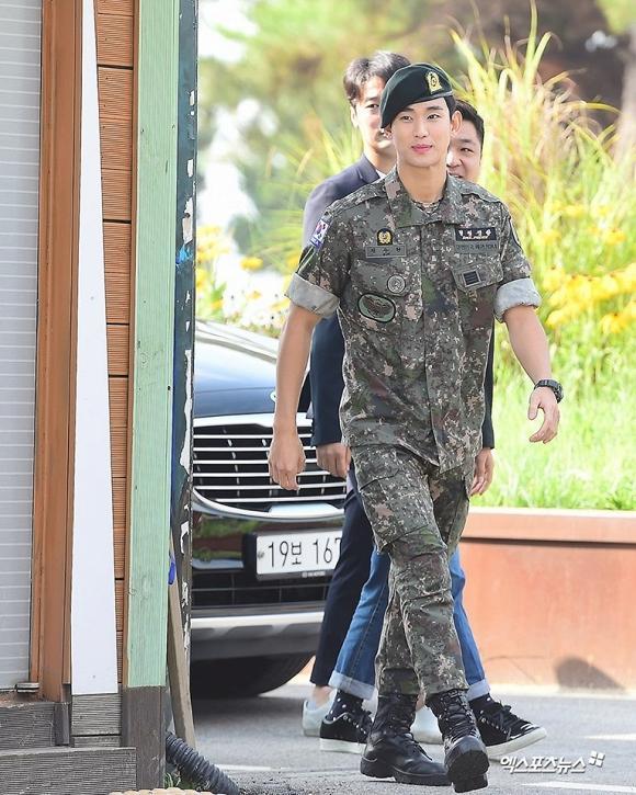 Kim Soo Hyun chứng tỏ: Mặt đẹp dáng cao, đi dép lê cũng vẫn lãng tử-4