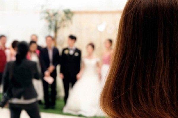 Đi đám cưới, cô gái sốc nặng khi phát hiện chú rể chính là bạn trai mình-1