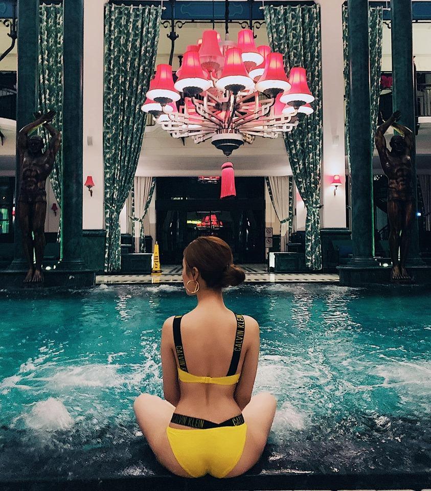 Học trò Tuấn Hưng - Hạnh Sino khoe ba vòng đâu ra đấy với bikini sặc sỡ bên hồ bơi-1