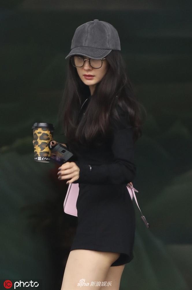 Dương Mịch diện jumpsuit ngắn cũn hớ hênh vòng 3 khiến netizen được dịp bổ mắt-1