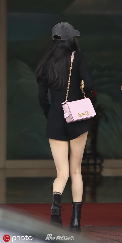 Dương Mịch diện jumpsuit ngắn cũn hớ hênh vòng 3 khiến netizen được dịp bổ mắt-3