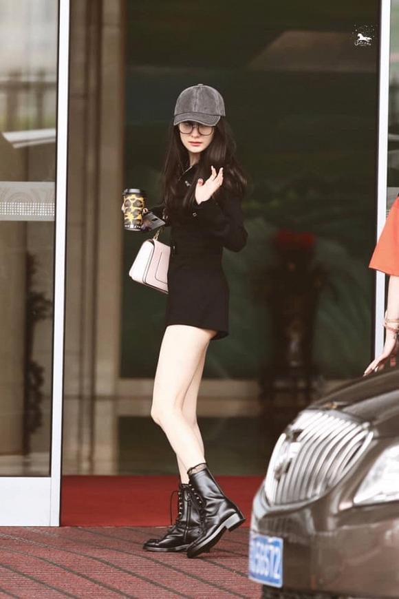 Dương Mịch diện jumpsuit ngắn cũn hớ hênh vòng 3 khiến netizen được dịp bổ mắt-6