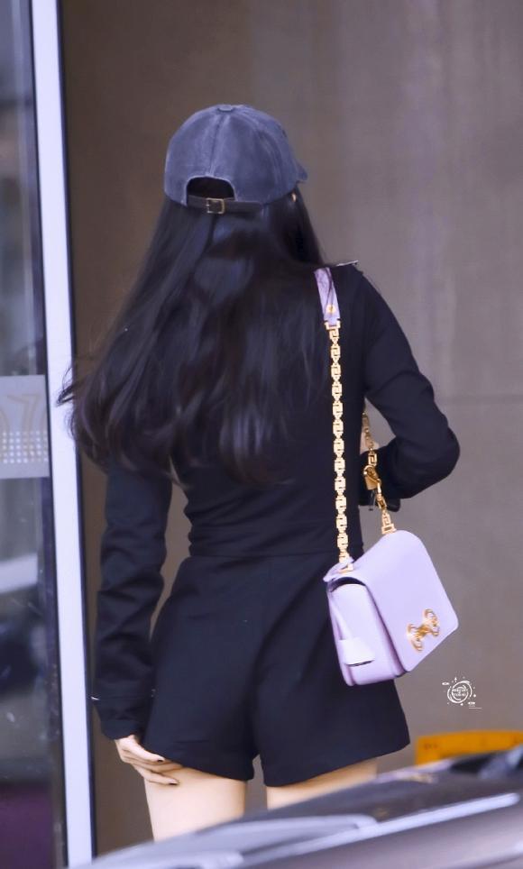 Dương Mịch diện jumpsuit ngắn cũn hớ hênh vòng 3 khiến netizen được dịp bổ mắt-4