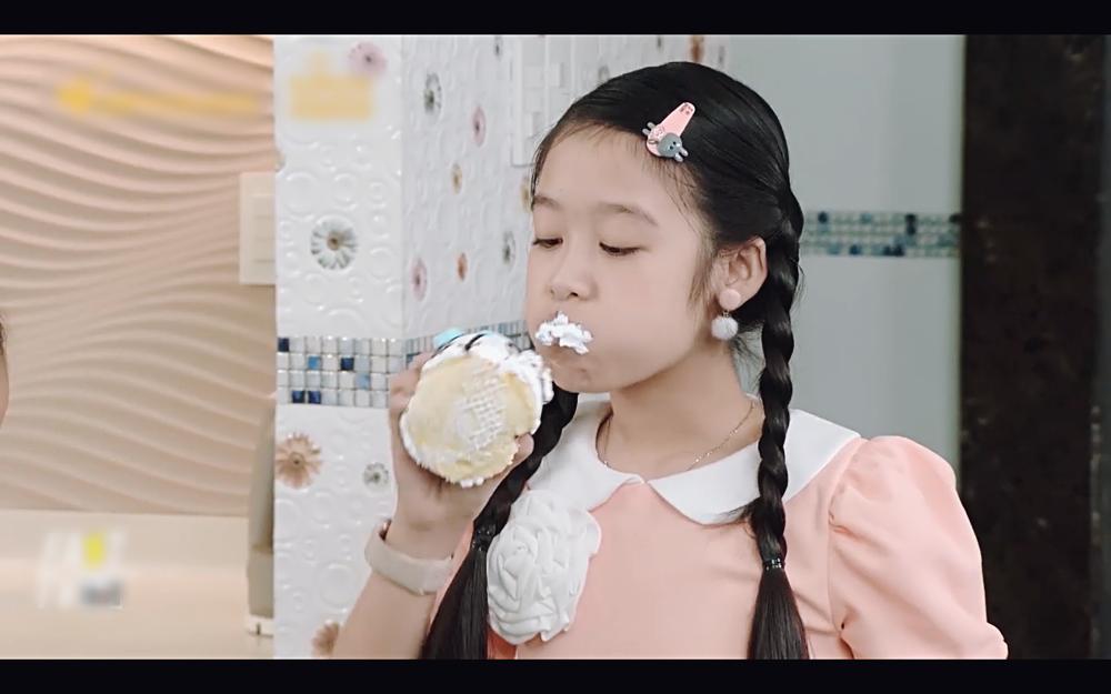 Học trò Diệu Nhi lấy mắm tôm để trị thói giành ăn của em gái trong tập 77 Gia đình là số 1-1