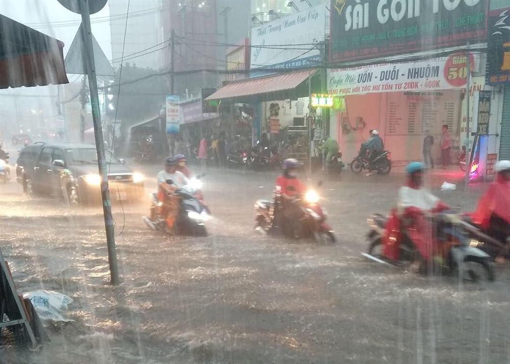 Nước chảy như thác, cuốn phăng người và xe ở Sài Gòn-1