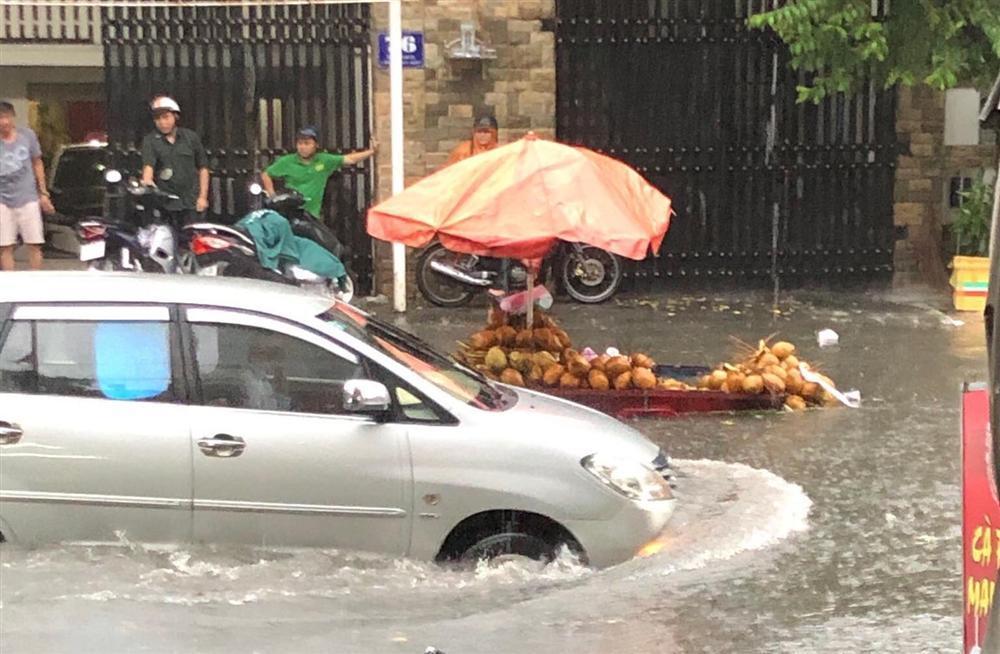 Nước chảy như thác, cuốn phăng người và xe ở Sài Gòn-2