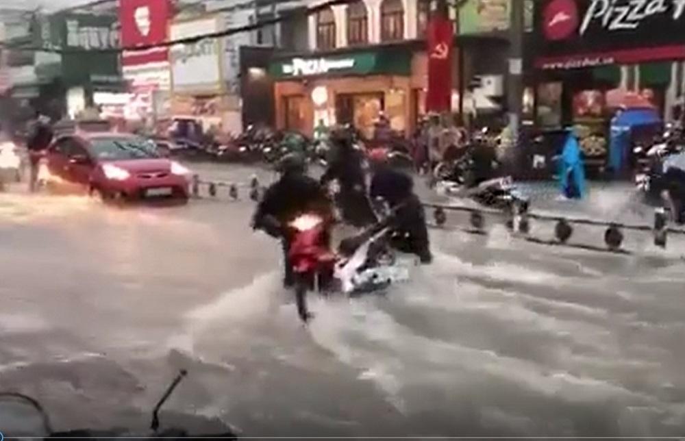 Nước chảy như thác, cuốn phăng người và xe ở Sài Gòn-4