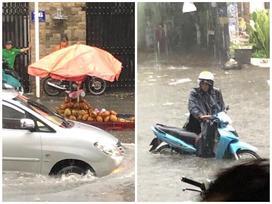 Nước chảy như thác, cuốn phăng người và xe ở Sài Gòn