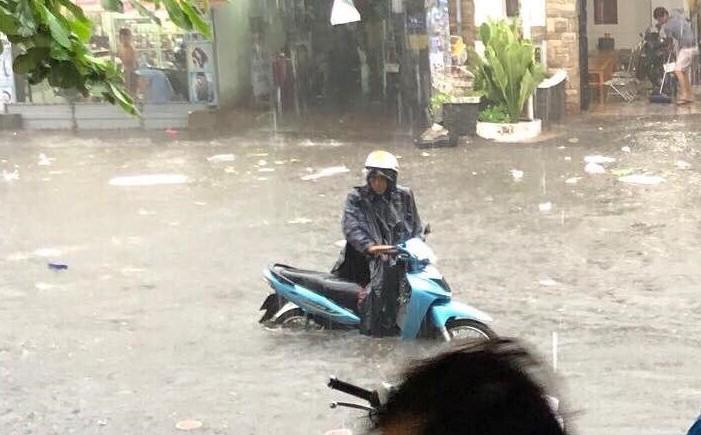Nước chảy như thác, cuốn phăng người và xe ở Sài Gòn-3