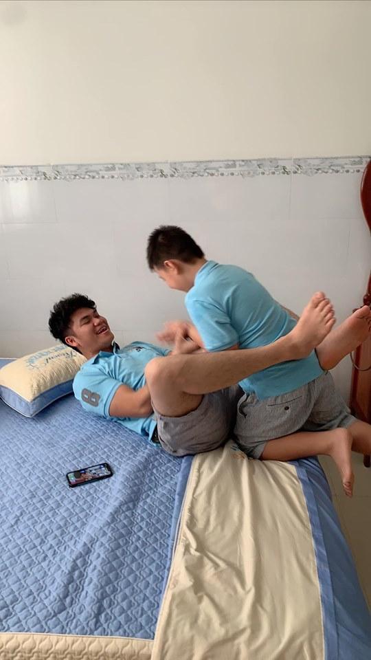 Nhìn loạt ảnh này giữa con trai Lê Phương và chồng trẻ - ai dám nghĩ là con riêng và bố dượng-10