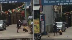 Clip: Cô gái bị bạn trai đạp tới tấp trên đường phố, anh chàng quay đi rồi còn cố chửi thêm nên lại bị... đánh tiếp
