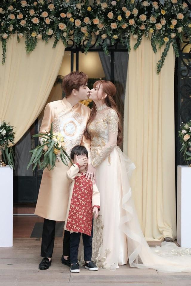 Trang điểm mặt trắng bóc trong đám cưới, Thu Thủy và chồng kém 10 tuổi bị ví như 2 tượng sáp-10