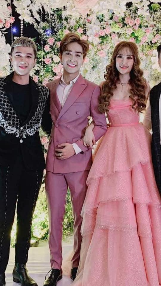 Trang điểm mặt trắng bóc trong đám cưới, Thu Thủy và chồng kém 10 tuổi bị ví như 2 tượng sáp-3