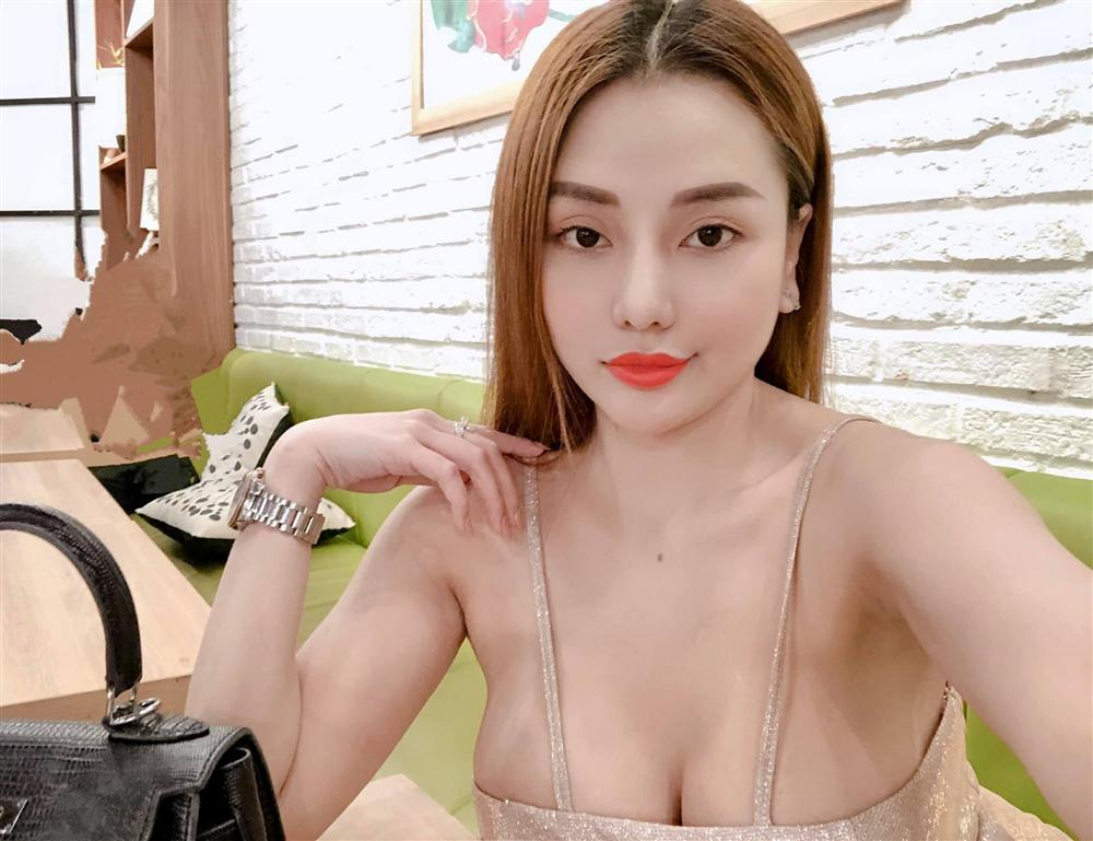 Bênh Ngân 98, hotgirl Mon 2K mắng Lương Bằng Quang là cựu ca sĩ bần tiện, sẵn tiện... khoe ngực luôn cho mát-3