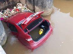 Xế hộp bẻ lái lao xuống mương, kẹt cứng giữa cống nước ở Bắc Giang