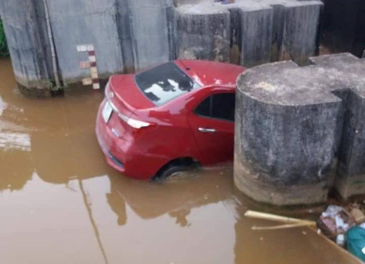 Xế hộp bẻ lái lao xuống mương, kẹt cứng giữa cống nước ở Bắc Giang-2