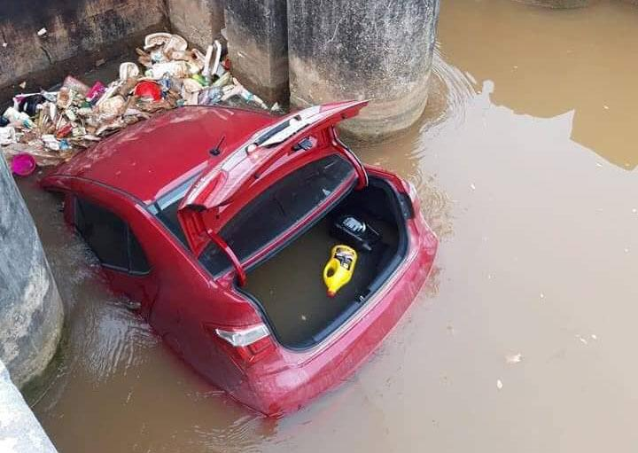 Xế hộp bẻ lái lao xuống mương, kẹt cứng giữa cống nước ở Bắc Giang-1