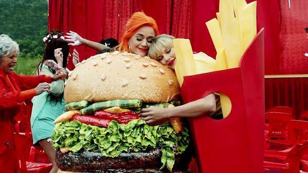 Katy Perry đăng ảnh quảng cáo giày, fan liền đặt nghi vấn về màn hợp tác với Taylor Swift nhờ chi tiết lạ-3