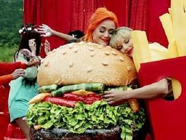 Katy Perry đăng ảnh quảng cáo giày, fan liền đặt nghi vấn về màn hợp tác với Taylor Swift nhờ chi tiết lạ