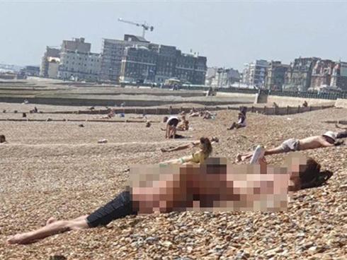 Cô gái ngang nhiên khỏa thân trên bãi biển, hành động biến thái của người bạn trai còn khiến người xung quanh sốc hơn-1