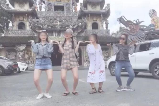 Nhóm cô gái trẻ mặc váy chụp ảnh tại nơi linh thiêng