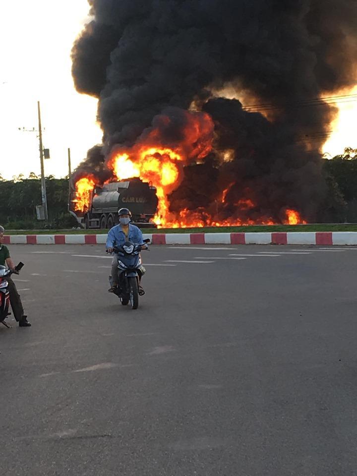 Nóng: Xe tải tông xe bồn phát nổ, ngọn lửa bốc lên dữ dội làm ít nhất 2 người chết-1