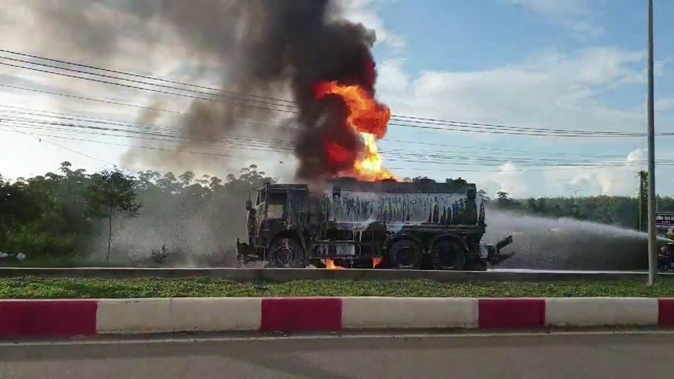 Nóng: Xe tải tông xe bồn phát nổ, ngọn lửa bốc lên dữ dội làm ít nhất 2 người chết-2