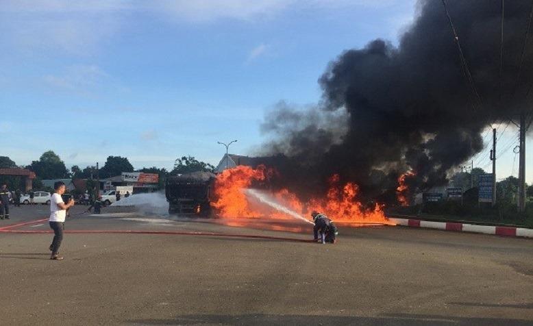 Nóng: Xe tải tông xe bồn phát nổ, ngọn lửa bốc lên dữ dội làm ít nhất 2 người chết-3
