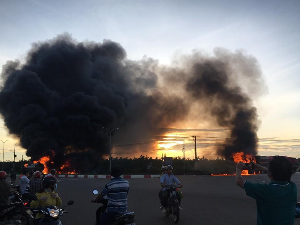 Nóng: Xe tải tông xe bồn phát nổ, ngọn lửa bốc lên dữ dội làm ít nhất 2 người chết-4