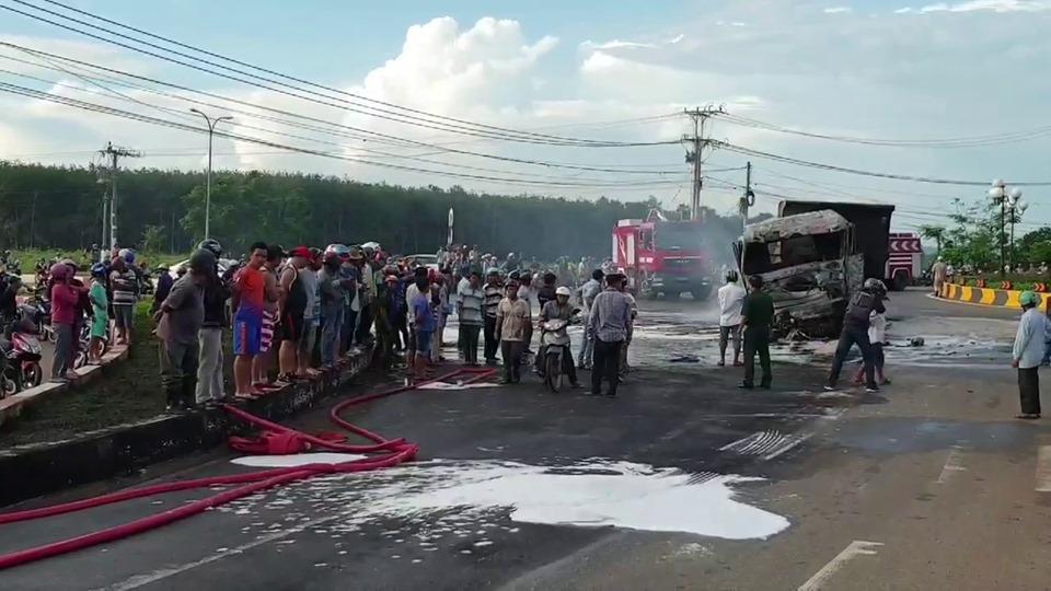 Nóng: Xe tải tông xe bồn phát nổ, ngọn lửa bốc lên dữ dội làm ít nhất 2 người chết-5