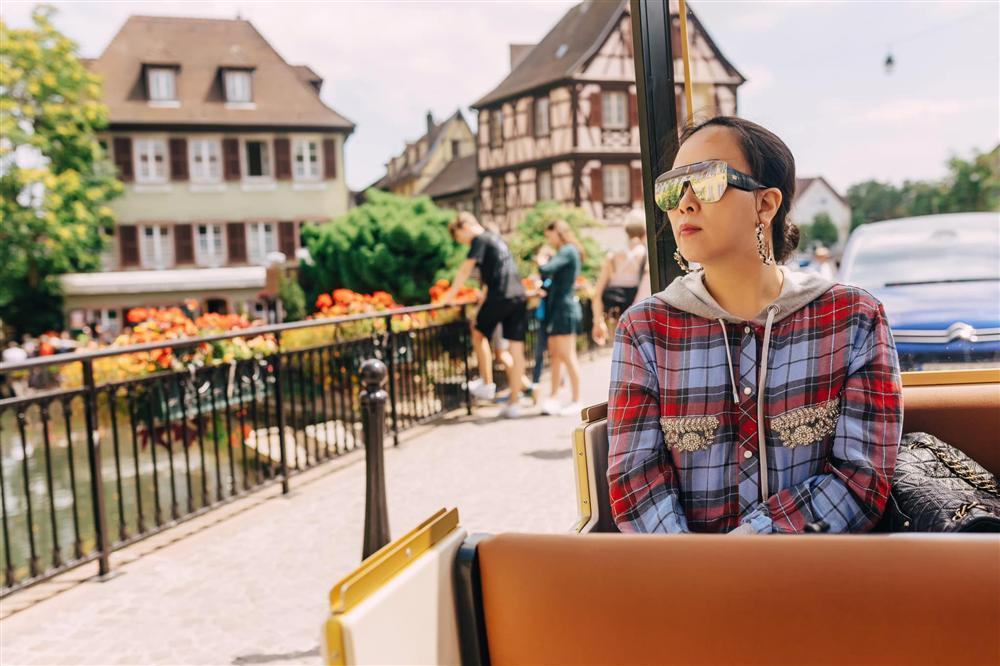Âm điểm thanh lịch với kiểu ăn mặc của Phượng Chanel: Mặc áo mà như không, rõ mồn một cả nội y lẫn ngực-6