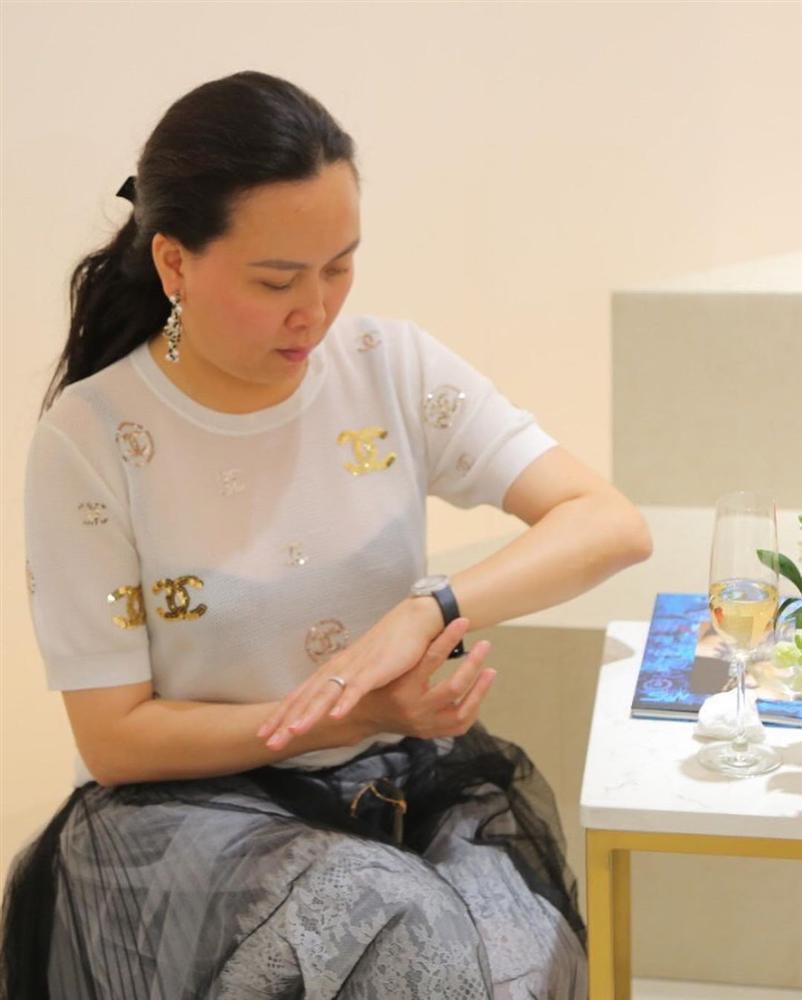 Âm điểm thanh lịch với kiểu ăn mặc của Phượng Chanel: Mặc áo mà như không, rõ mồn một cả nội y lẫn ngực-2