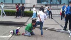 Chàng trai quỳ gối khóc lóc, om chân níu kéo bạn gái giữa đám đông khiến ai cũng ngán ngẩm