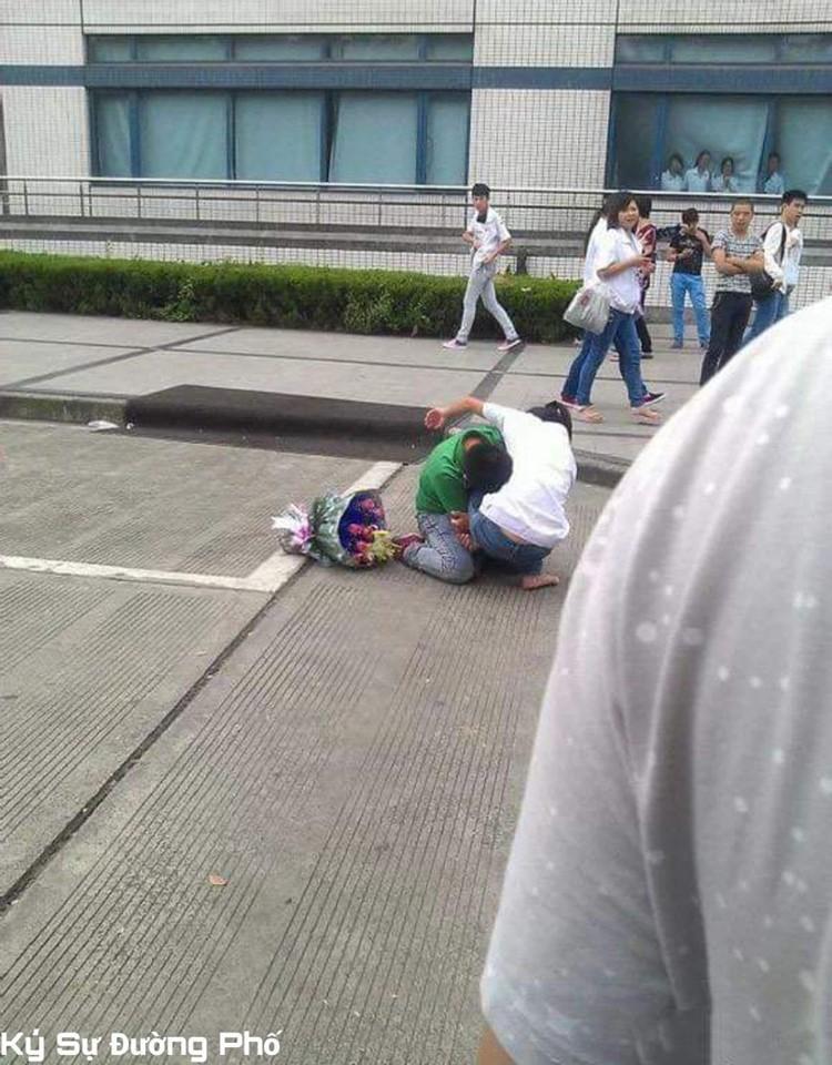 Chàng trai quỳ gối khóc lóc, om chân níu kéo bạn gái giữa đám đông khiến ai cũng ngán ngẩm-3