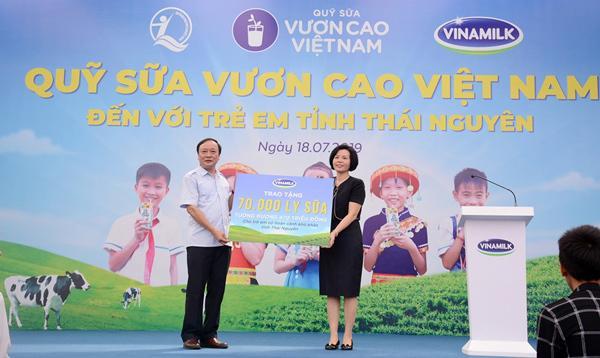 70.000 ly sữa Vinamilk đến với học sinh ATK Định Hóa-1