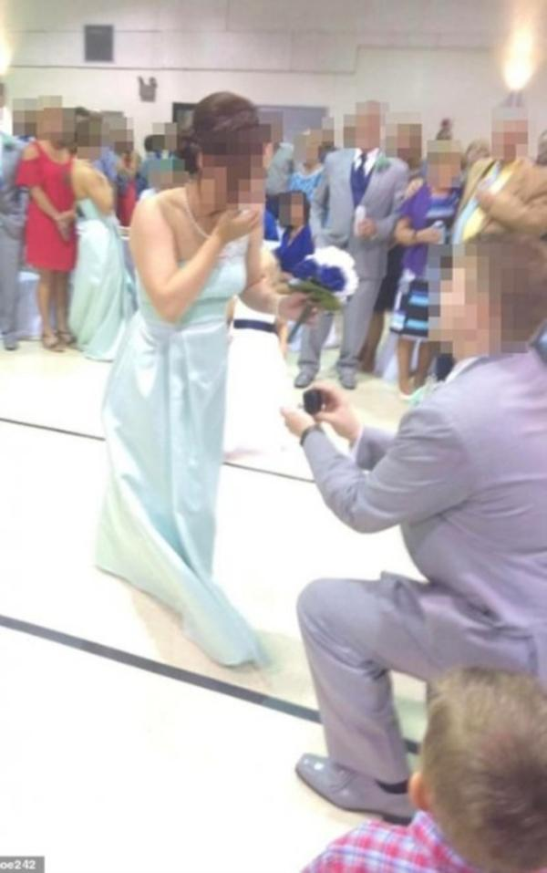 Phù rể cầu hôn phù dâu ngay trong lễ cưới bạn thân, cặp đôi bị chỉ trích lố bịch, kém sang-1