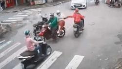 Clip: Những vụ cướp giật nhanh như chảo chớp, nhiều người không kịp trở tay