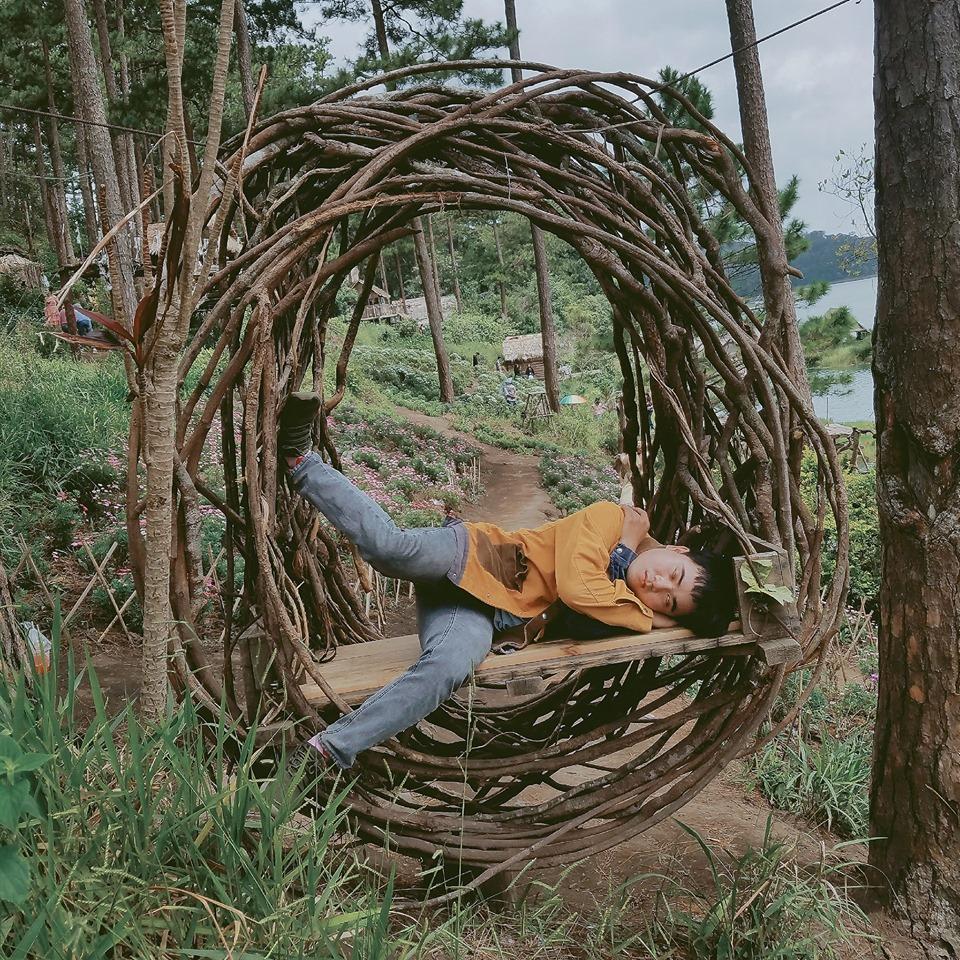 Thanh niên chơi trội chụp bộ ảnh vừa đi chơi vừa ngủ gật tại Đà Lạt không ngờ nhận cơn bão chia sẻ mạng xã hội-9