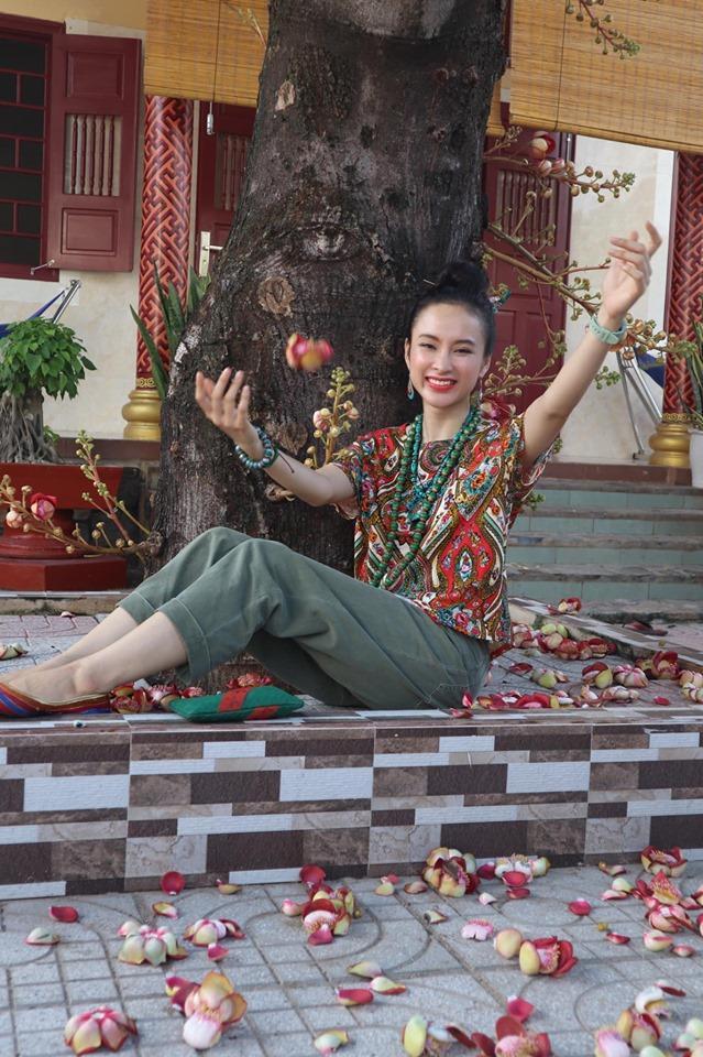 Angela Phương Trinh ăn mặc giản dị, thanh tịnh theo đuổi những khóa tu-1