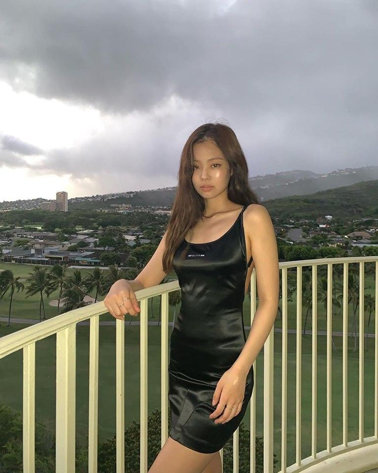 BLACKPINK Jennie giúp chiếc váy cháy hàng chỉ vì mặc lên người quá đẹp-1