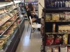 Cặp nam nữ cấp 3 diễn cảnh nóng trong cửa hàng tiện lợi, gây sốc nhất là bàn tay hư của chàng trai vô tư động chạm cơ thể bạn gái