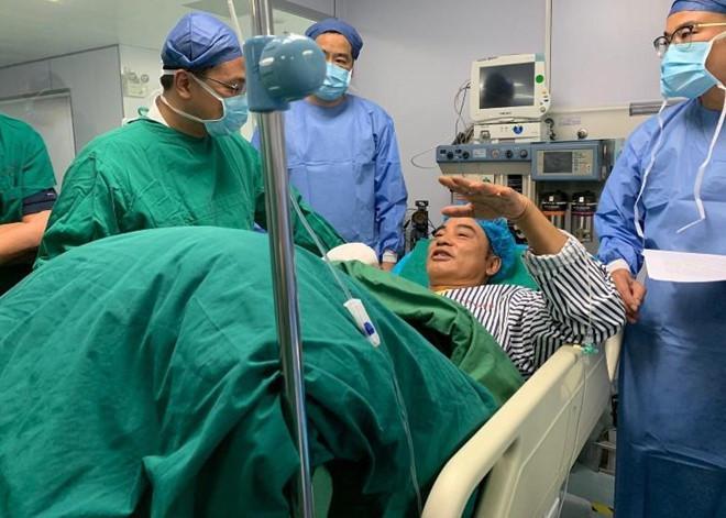 Nhậm Đạt Hoa nằm cáng trở về Hong Kong sau vụ bị đâm ở sự kiện-7