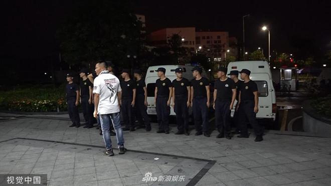 Nhậm Đạt Hoa nằm cáng trở về Hong Kong sau vụ bị đâm ở sự kiện-2