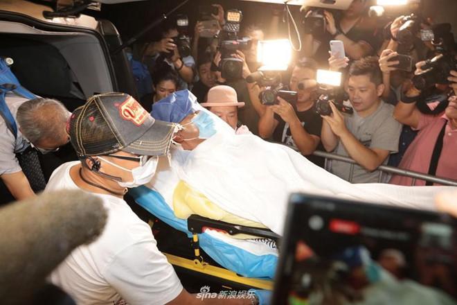 Nhậm Đạt Hoa nằm cáng trở về Hong Kong sau vụ bị đâm ở sự kiện-5
