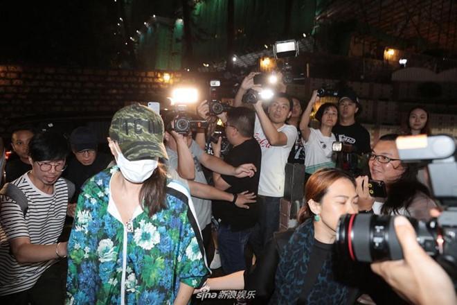 Nhậm Đạt Hoa nằm cáng trở về Hong Kong sau vụ bị đâm ở sự kiện-3